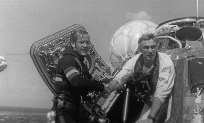 Что за человек отражается в шлеме астронавта на Луне