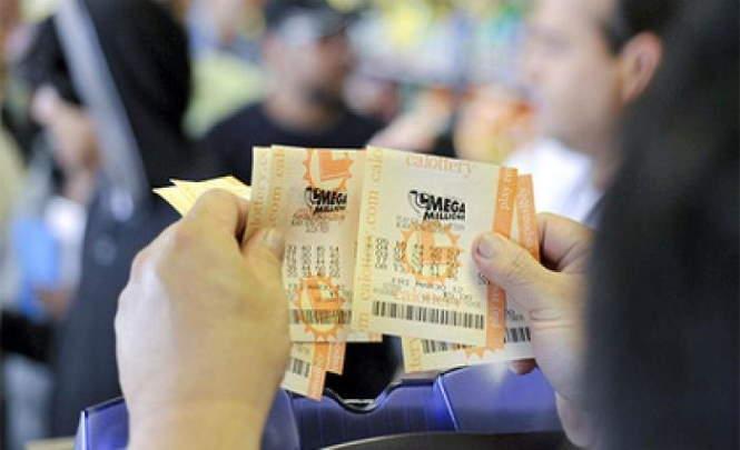 Женщина купила два лотерейных билета и сорвала куш