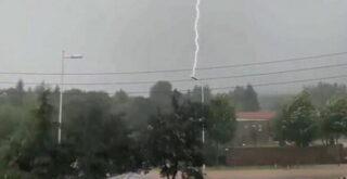 Молния ударила в один и тот же фонарный столб 12 раз в течение нескольких секунд