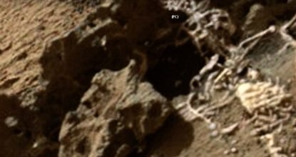 Скелет гномика рядом с марсоходом «Любопытство»