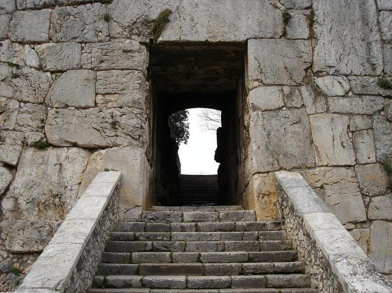 стены каменные фото